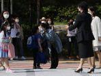 seorang-ibu-mencium-anaknya-di-mana-mereka-menggunakan-masker.jpg