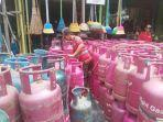 seorang-karyawan-penjual-gas-elpiji-di-salah-satu-pangecer-di-palangkaraya.jpg