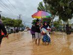seorang-korban-banjir-di-hst-terlihat-berjalan-ditengah-genangan-banjir.jpg