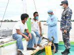 seorang-nelayan-sedang-di-suntik-vaksin-covid-19.jpg