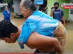 seorang-nenek-digendong-di-desa-teluk-selong-ulu-kabupaten-banjar-provinsi-kalsel-senin-28122020.jpg