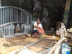 seorang-pekerja-bengkel-las-sedang-memotong-besi.jpg