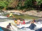 serunya-pengunjung-menikmati-arus-deras-di-wisata-alam-sungai-kembang.jpg