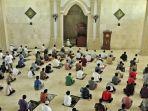 shalat-jumat-di-masjid-agung-al-mabrur-mulai-diselenggarakan-secara-berjemaah.jpg