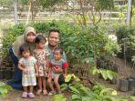 si-kembar-pengantin-serta-sang-kakak-suka-bermain-di-kebun-bersama-orangtuanya.jpg