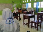 siswa-kelas-ix-smpn-1-marabahan-sedang-mengerjakan-soal-ujian-sekolah-secara-luring-asfda.jpg