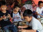 siswa-sdn-baru-di-desa-baru-waki-kecamatan-hantakan.jpg