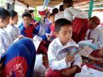 siswa-sdn-benua-anyar-9-banjarmasin-bersemangat-baca-buku-di-klotok.jpg