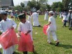 siswa-siswi-sdit-al-khair-memunguti-sampah-di-lapangan-dwiwarna-barabai_20180912_182548.jpg