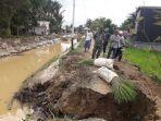situasi-perbaikan-jalan-pasca-banjir-dan-longsor-di-kelurahan-raya1123.jpg