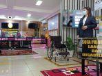 sofa-prioritas-disabilitas-dan-kursi-roda-yang-disiapkan-di-depan-ptsp-pn-tanjung1.jpg