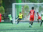 ssb-junior-2000-diadang-kiper-ssb-alam-hijau-trofeo-alam-hijau-jilid-ii-upik-mini-soccer-banjarmasin.jpg