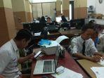 staf-dan-pegawai-bkpp-banjarbaru-siapkan-kartu-untuk-peserta-cpns-di-kota-banjarbaru.jpg
