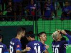 striker-arema-fc-cristian-gonzales-usai-mencetak-gol_20170312_210907.jpg