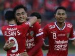 striker-bali-united-made-wirahadi-dirangkul-alsan-sanda_20161029_210503.jpg