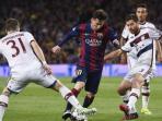 striker-barcelona-lionel-messi-tengah-mencoba-melewati-hadangan-dua-pemain-bayern-muenchen_20150507_083605.jpg