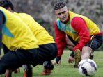 striker-cristian-gonzales-dalam-sesi-latihan-arema_20170201_093507.jpg