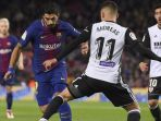 striker-fc-barcelona-luis-suarez-kiri-saat-mencoba-melewati-gelandang-valencia_20180202_055602.jpg