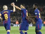 striker-fc-barcelona-luis-suarez-tengah-merayakan-golnya-bersama-samuel-umtiti_20180126_081338.jpg