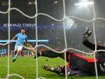striker-manchester-city-sergio-aguero-mencungkil-bola-saat-menendang-penalti_20171025_064046.jpg