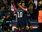 striker-paris-saint-germain-neymar-memeluk-edinson-cavani_20171004_080933.jpg