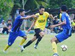 striker-persehan-iman-fermana-diadang-pemain-talenta-banua-fc-pada-liga-3-zona-kalsel-2018.jpg
