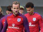 striker-timnas-inggris-harry-kane-memasuki-lapangan-dalam-sesi-latihan_20171109_083153.jpg