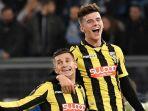 striker-vitesse-arnhem-brian-linssen-kiri-merayakan-golnya-bersama-mason-mount_20171125_084543.jpg