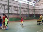 suasana-latihan-tenis-usia-dini-di-lapangan-tenis-indoor-pemuda-pelaihari-minggu-17_10-pagi.jpg