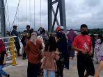 suasana-pengunjung-di-bentang-utama-jembatan-antasan-bromo-selasa-05012021-pagi-safasfdasdf.jpg