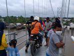 suasana-pengunjung-di-bentang-utama-jembatan-antasan-bromo.jpg