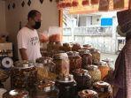suasana-penjualan-kue-kering-di-kawasan-sultan-adam-banjarmasin.jpg