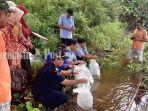 suasana-puluhan-ekor-ikan-arwana-jenis-banjar-red-dilepasliarkan-di-danau-tamiang-kamis-442019.jpg