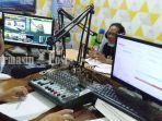suasana-siaran-di-dalam-studio-lppl-radio-suara-tabalong-di-kota-tanjung-kalsel-07022021.jpg