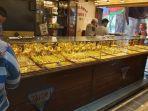 suasana-transaksi-penjualan-emas-di-toko-taisir-i.jpg