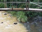 sungai-loksado-yang-keruh-kiri-dan-anak-sungai-yang-atan-gantung-desa-loklahung.jpg
