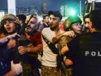 tentara-turki-yang-ditangkap-oleh-warga-sipil_20160717_181047.jpg