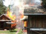 tiga-buah-rumah-terbakar-di-desa-suato-tatakan_20171026_142849.jpg