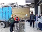 tiga-mobil-truk-bawa-logistik-pemilu-tiba-di-kpu-tapin_20181023_132139.jpg