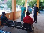 tiga-orang-pasien-fasyansuscovid-19-yang-sembuh-mendengarkan-wejangan-petugas.jpg