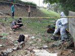 tim-identifikasi-dari-polres-metro-jakarta-selatan-memeriksa-mayat-yang-ditemukan.jpg