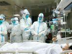 tim-medis-memberikan-kode-kepada-salah-satu-pasien-virus-corona.jpg