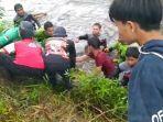 tim-penolong-mengevakuasi-jenazah-ds-13-dari-sungai-raya-belanti-tapin-kamis-01072021.jpg
