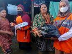tim-rumah-zakat-action-menyerahkan-bantuan-korban-banjir.jpg