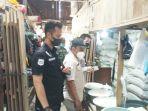 tim-satgas-ketahanan-pangan-periksa-sembako-di-salah-satu-pasar-di-kabupaten-tanbu-24042201.jpg