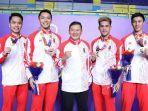 tim-tunggal-putra-indonesia-berpose-dengan-pelatih-seusai-final-beregu-putra.jpg