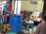 tim-wash-pmi-hulu-sungai-tengah-menggunakan-mobil-tangki-mendistribusikan-air-bersih.jpg
