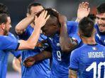 timnas-italia-merayakan-gol-mario-balotelli-tengah-ke-gawang-arab-saudi_20180602_060010.jpg