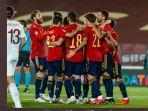 timnas-spanyol-merayakan-gol-yang-dicetak-oleh-mikel-oyarzabal-pada-menit-14.jpg