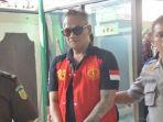 tio-pakusadewo-usai-menjalani-sidang-kasus-penyalahgunaan-narkoba-yang-menjerat-dirinya_20180507_221251.jpg